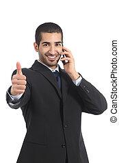 Hombre de negocios árabe en el móvil con el pulgar arriba