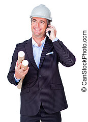 Hombre de negocios al teléfono y sosteniendo planos