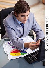 Hombre de negocios analizando estadísticas