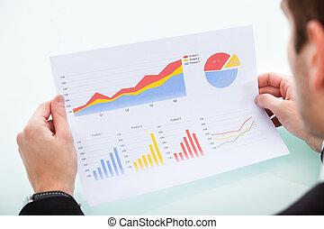 Hombre de negocios analizando gráficos