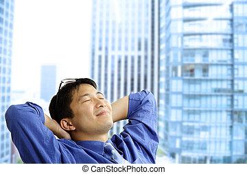 Hombre de negocios asiático descansando