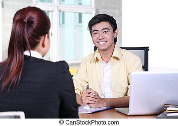 Hombre de negocios asiático en entrevista de trabajo