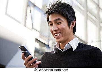 Hombre de negocios asiáticos con mensajes de texto