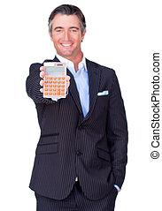 Hombre de negocios atractivo sosteniendo una calculadora
