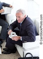 Hombre de negocios bebiendo café y esperando una entrevista de trabajo