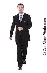 Hombre de negocios caminando hacia el éxito aislado en el fondo blanco