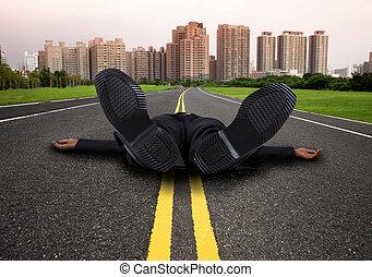 hombre de negocios, camino ciudad, vacío, agotado, cansado