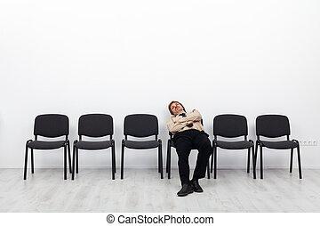Hombre de negocios cansado esperando