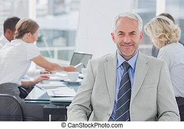 Hombre de negocios carismático posando en la sala de juntas