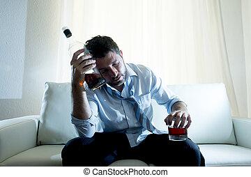 Hombre de negocios con camisa azul borracho en el escritorio de fondo blanco