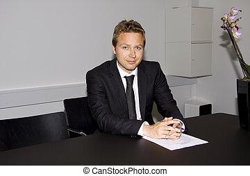 Hombre de negocios con contrato