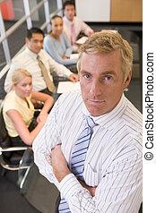 Hombre de negocios con cuatro hombres de negocios en la mesa de la sala de juntas