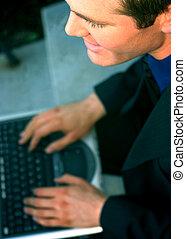 Hombre de negocios con laptop 25
