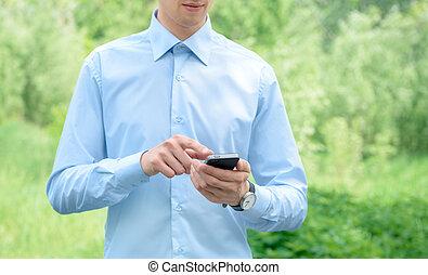 Hombre de negocios con móvil