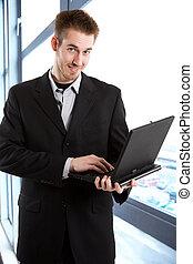 Hombre de negocios con portátil