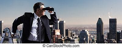 Hombre de negocios con prismáticos.