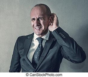 Hombre de negocios con problemas de audición