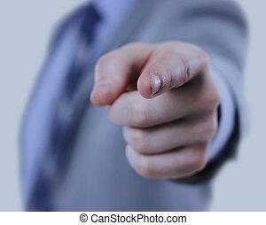 Hombre de negocios con traje apuntando con el dedo