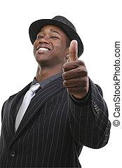 Hombre de negocios con traje y sombrero dando pulgares arriba