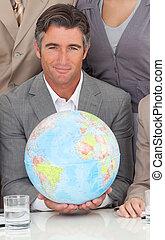 Hombre de negocios con un globo terrestre