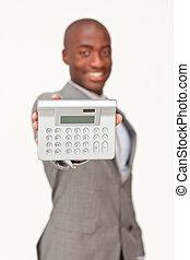 Hombre de negocios con una calculadora. Finanzas