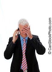 Hombre de negocios decepcionado llamando con la mano en la frente