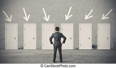 hombre de negocios, derecho, puerta, escoger