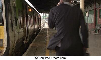 Hombre de negocios en la estación