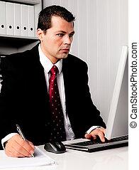 Hombre de negocios en la oficina con computadora