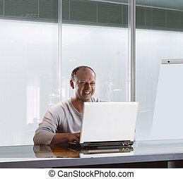 Hombre de negocios en la oficina