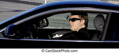 Hombre de negocios en un auto de lujo