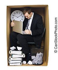 Hombre de negocios en una oficina cerrada