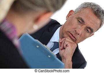 Hombre de negocios entrevistando a un candidato