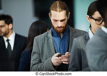 Hombre de negocios esperando en la fila