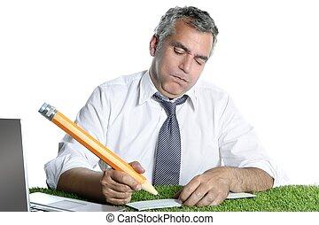 Hombre de negocios firma cheques de banco gesto humor gran lápiz