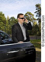 Hombre de negocios frente a un auto