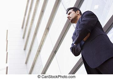 Hombre de negocios fuera de la oficina moderna