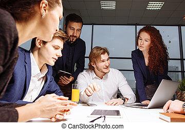 Hombre de negocios haciendo presentación en la oficina