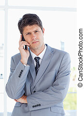 Hombre de negocios haciendo una llamada mirando la cámara