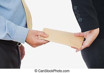Hombre de negocios intercambiando sobornos con compañeras