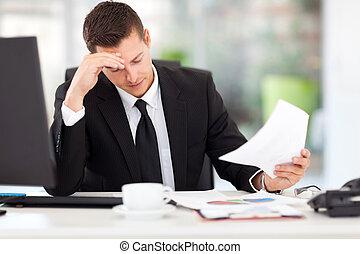 Hombre de negocios leyendo documentos