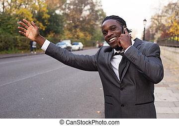 Hombre de negocios llamando a un taxi por teléfono.