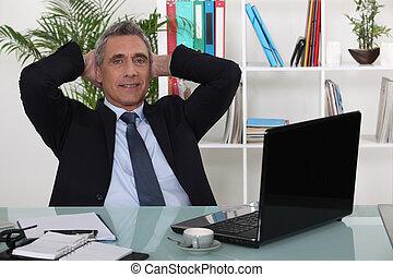 Hombre de negocios maduros en el cargo