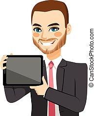 Hombre de negocios mostrando tableta