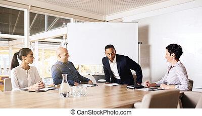 Hombre de negocios ocupado, sentado en la mesa de juntas con otros miembros
