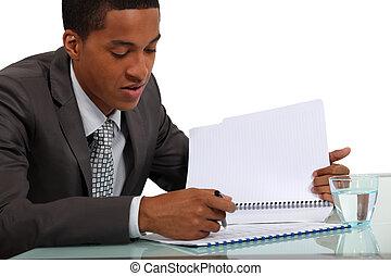 Hombre de negocios revisando un informe