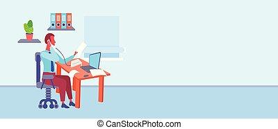 Hombre de negocios sentado en el escritorio en la oficina mirando el documento mientras hablaba por teléfono usando el hombre de negocios portátil trabajador procesando el interior del armario moderno horizontal