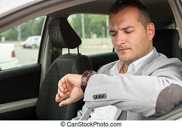 Hombre de negocios sentado en un coche
