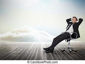 Hombre de negocios sonriente sentado en una silla giratoria