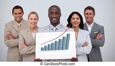 Hombre de negocios sonriente sosteniendo un blanco